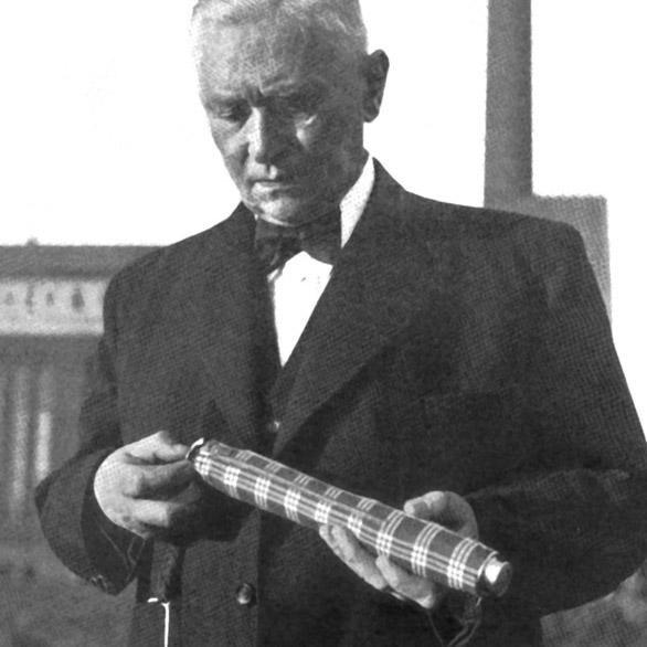 Hans Haupt sostiene un paraguas knirps