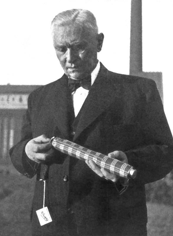 Hans Haupt sostiene uno de los primeros paraguas Knirps